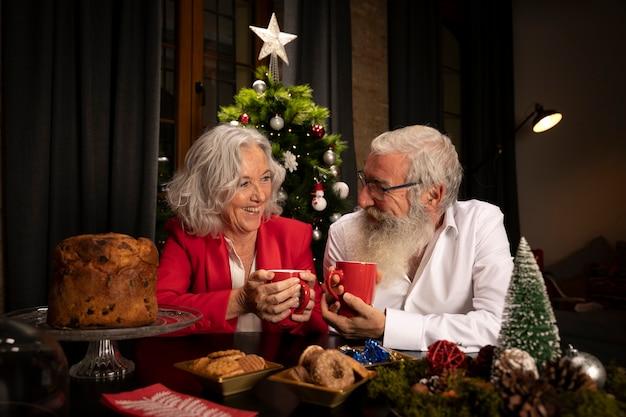 Papai noel e mulher sênior no amor Foto gratuita