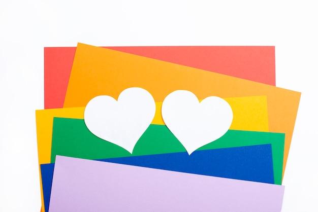 Papéis coloridos e corações brancos Foto gratuita