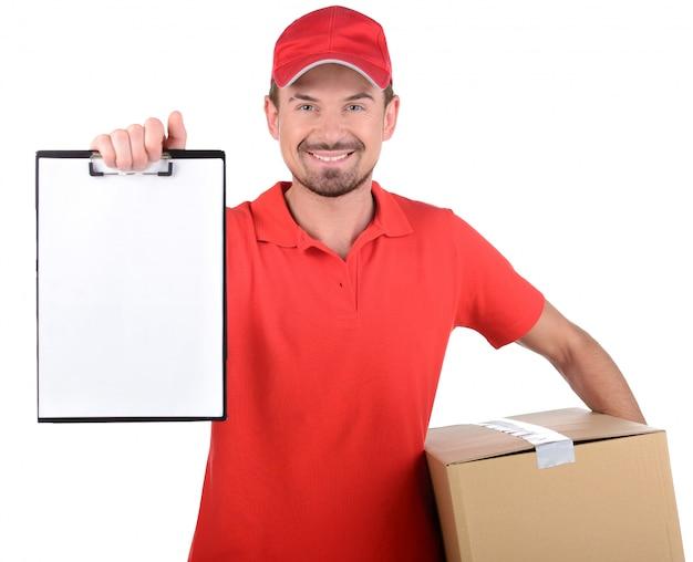 Papéis de assinatura de sorriso felizes do homem de entrega para a entrega. Foto Premium