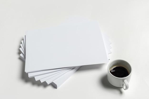 Papel a4 e xícara de café Foto Premium