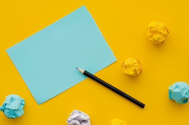 Papel amassado e cópia de mock-up espaço com lápis Foto gratuita