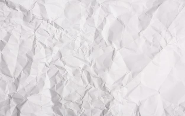 Papel amassado fundo branco Foto gratuita