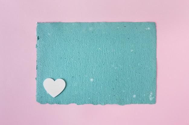 Papel artesanal azul e coração de ornamento Foto gratuita