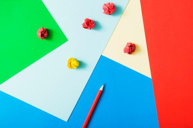 Papel cartão colorido com lápis e papel amassado Foto gratuita