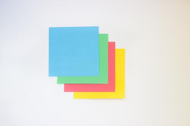 Papel colorido para escrever sobre um fundo branco Foto Premium
