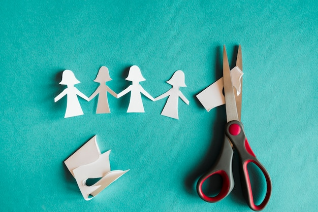 Papel cortado bonecos e tesouras Foto gratuita