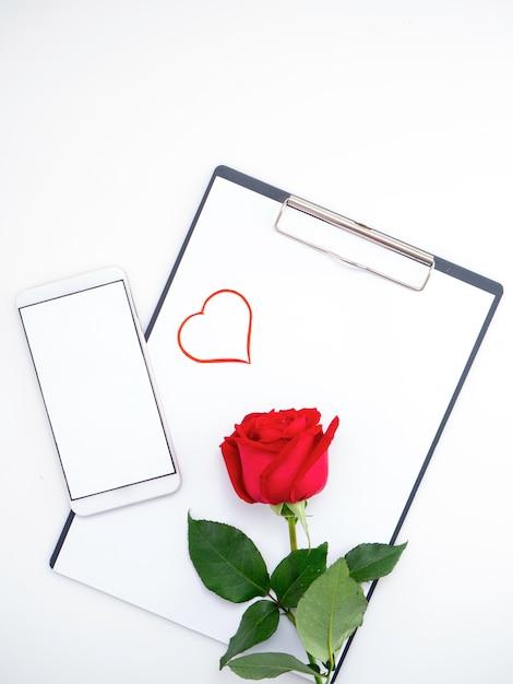 Papel de coração símbolo vermelho com rosa em branco Foto Premium