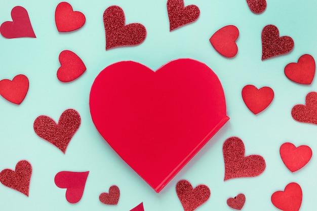 Papel de dia dos namorados com corações Foto gratuita