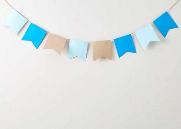 Papel de estamenha pastel cortado em papel de estamenha pastel cortado na backgroun de parede cinza brilhante Foto Premium