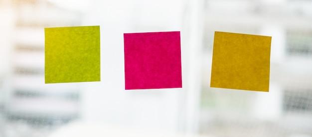 Papel de nota de pau em branco na janela. lembrete Foto Premium