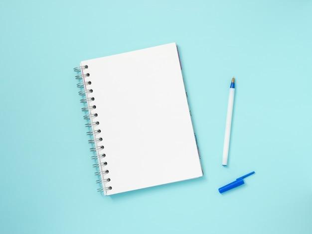 Papel de nota em branco sobre fundo azul Foto Premium