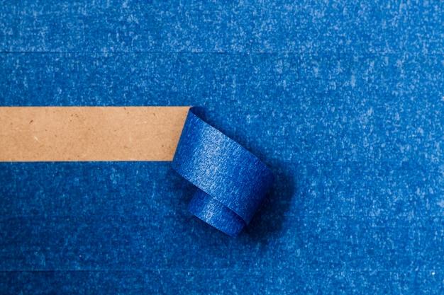 Papel de parede adesivo azul com linha de enrolamento horizontal Foto gratuita