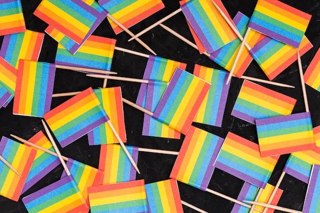 Papel de parede de bandeiras lgbt de arco-íris em fundo preto Foto gratuita
