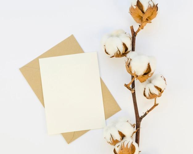 Papel e flores de algodão de vista superior Foto gratuita