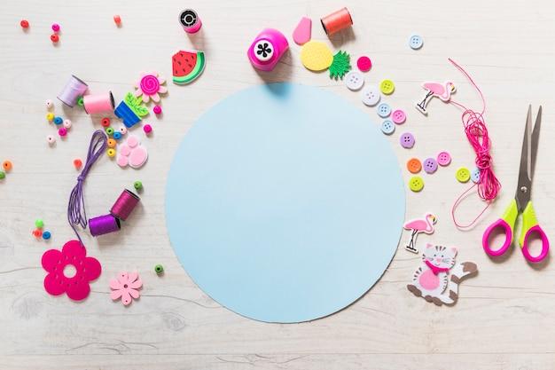 Papel em branco azul circular com elementos decorativos em pano de fundo texturizado Foto gratuita