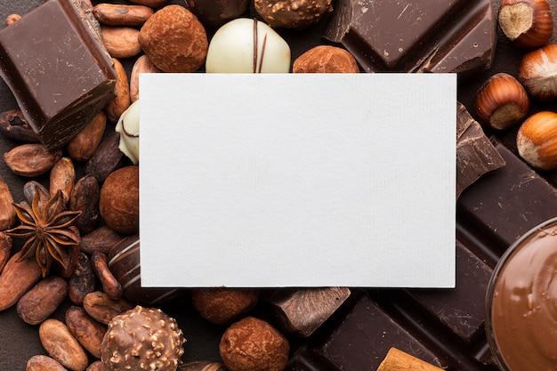 Papel em branco com chocolate delicioso Foto gratuita