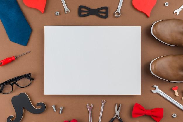 Papel em branco com ferramentas e roupas de homem Foto gratuita