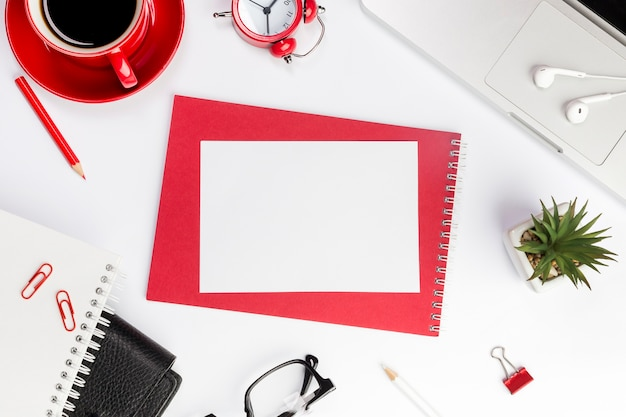 Papel em branco no bloco de notas em espiral sobre a mesa do escritório Foto gratuita