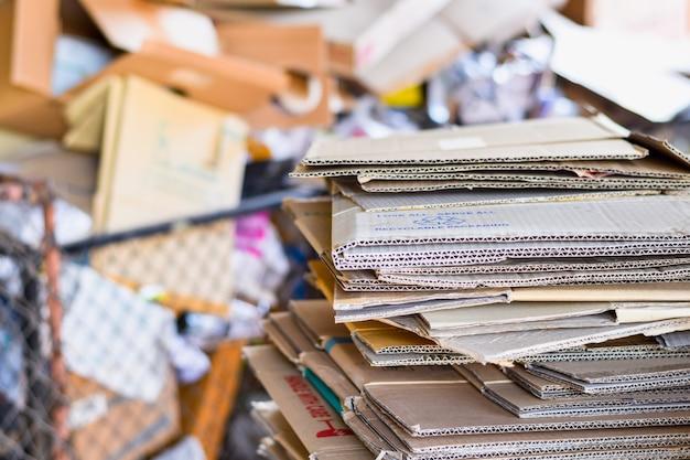 Papel embalado e papelão ondulado pronto para reciclar na triagem de lixo Foto Premium