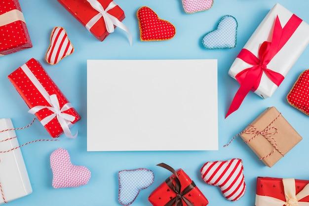 Papel entre o conjunto de caixas de presente e corações de brinquedo Foto gratuita
