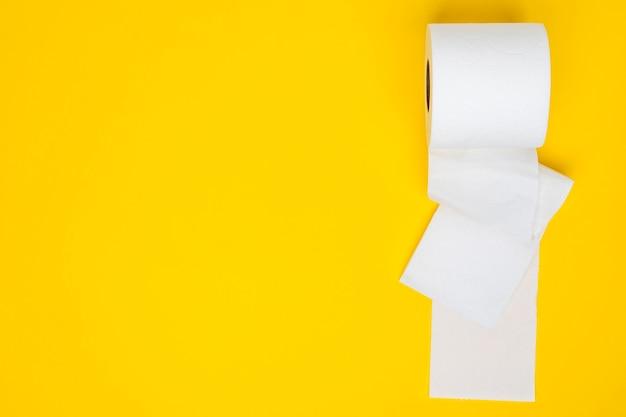 Papel higiênico branco com espaço de cópia Foto gratuita