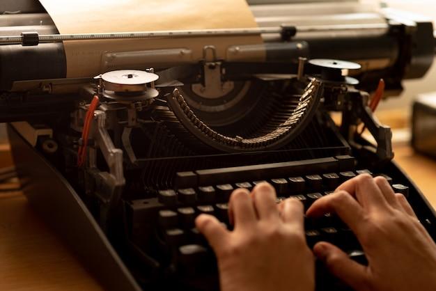 Papel marrom velho e máquina de máquina de escrever vintage. Foto Premium