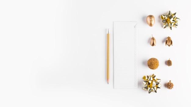 Papel perto de lápis e decorações Foto gratuita
