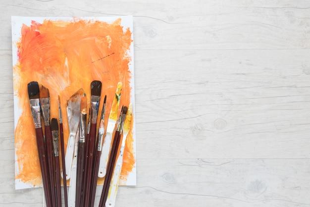 Papel pintado por pincéis e facas para arte Foto gratuita