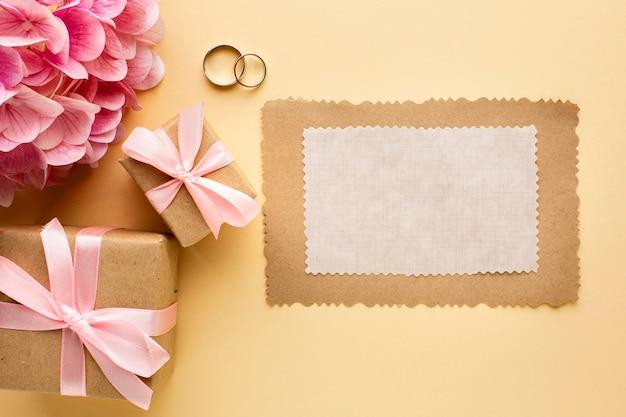 Papel vazio e alianças de casamento Foto gratuita