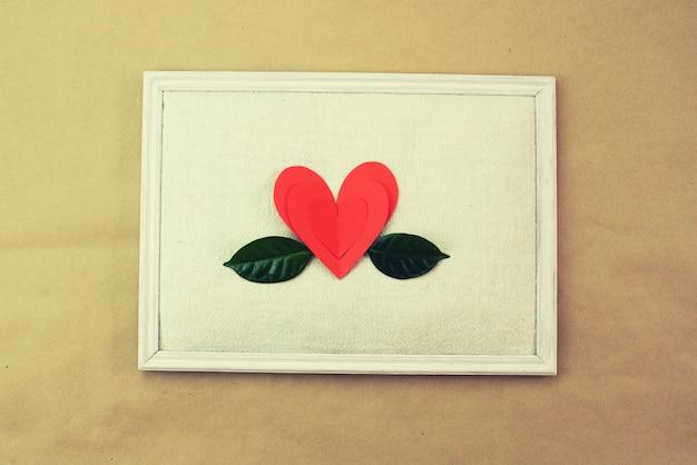 Papel verde vermelho deixa o padrão de coração espaço de cópia superior da visão Foto Premium