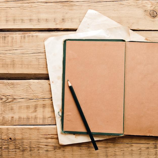 Papel vintage. bloco de notas antigo em um fundo de madeira. copie o espaço. foto de alta qualidade Foto Premium