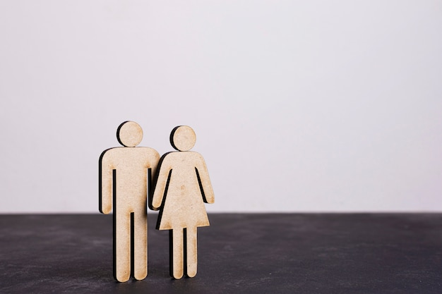 Papelão homem e mulher igualdade conceito visão longa Foto gratuita