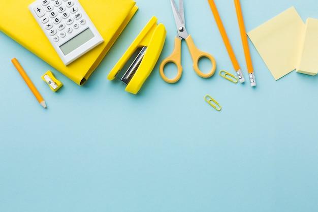 Papelaria amarela com espaço de cópia Foto gratuita