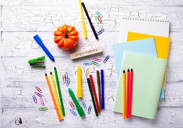 Papelaria colorida diferente para estudante Foto Premium
