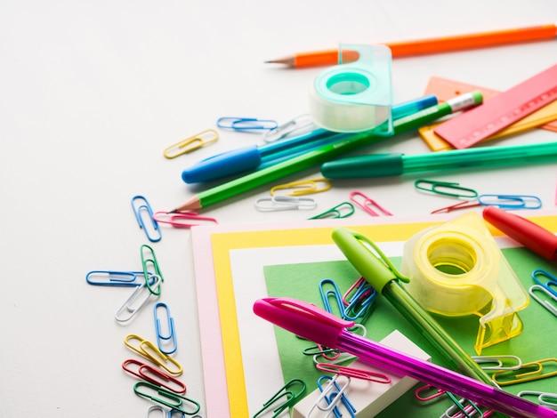 Papelaria colorida escola escrita ferramentas canetas de acessórios Foto Premium