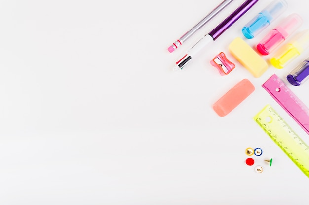Papelaria da escola colorida de cima Foto gratuita
