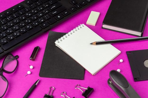 Papelaria da escola em um fundo rosa. voltar para material escolar criativo Foto Premium