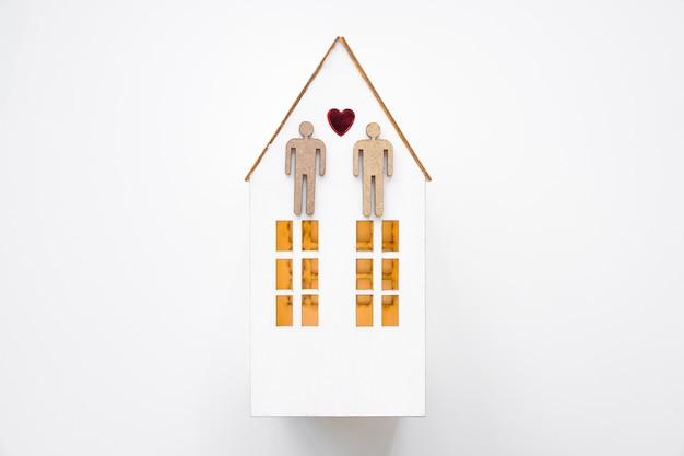 Par alegre, ligado, casa pequena Foto gratuita
