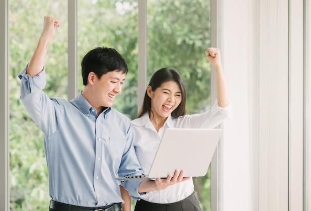 Par asiático, celebrando, sucesso, com, laptop Foto Premium