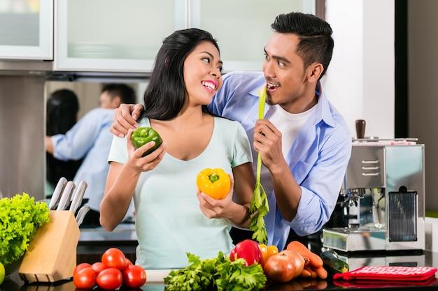 Par asiático, cozinhar comida, junto, cozinha Foto Premium