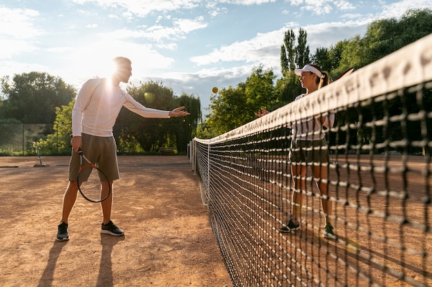 Par baixo vista, jogando tênis Foto gratuita