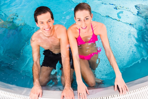 Par, banhar-se, em, piscina Foto Premium