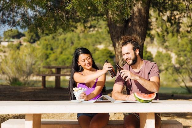 Par, bebendo, cerveja, tabela, ao ar livre Foto gratuita