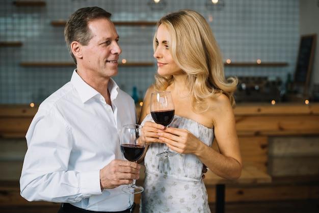 Par, bebendo, vinho, junto Foto gratuita