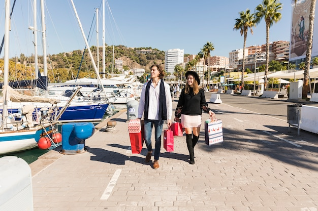 Par caminhando, com, bolsas para compras Foto gratuita
