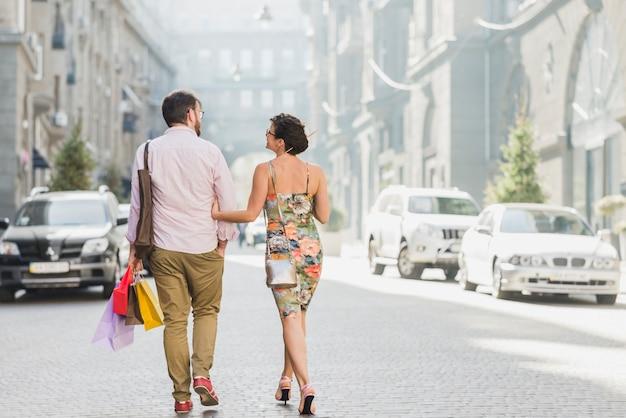 Par, com, bolsas para compras, andar, ligado, rua Foto gratuita