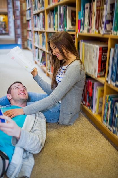 Par, com, livros, em, a, biblioteca, corredor Foto Premium