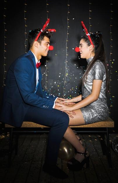 Par, com, veado, antlers, headbands, e, engraçado, narizes, entre, confetti lanç Foto gratuita
