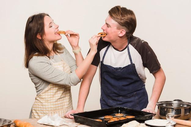 Par, cozinhar, junto, e, provando, pastelaria Foto gratuita