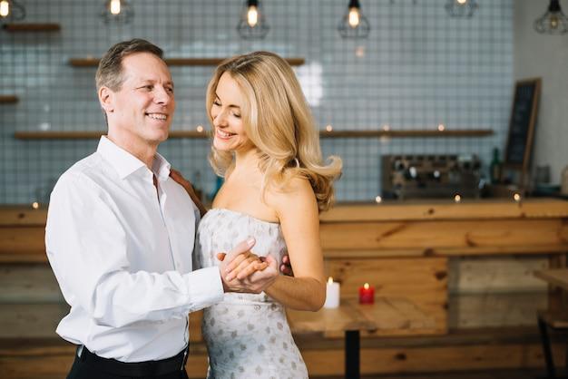 Par, dançar, junto, em, jantar Foto gratuita